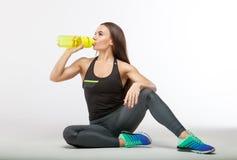 Sprawności fizycznej kobiety woda pitna od butelki Obraz Royalty Free