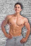 Sprawności fizycznej bodybuilder bodybuilding mięśni silny mięśniowy ścienny yo Zdjęcia Royalty Free