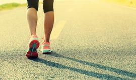 Sprawności fizycznej kobiety biegacz iść na piechotę bieg na wschód słońca drodze Obraz Royalty Free
