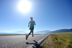 Sprawności fizycznej kobiety biegacza bieg na drodze Obraz Stock
