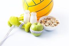 Sprawności fizycznych dumbbells i zdrowy jedzenie Fotografia Royalty Free