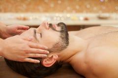 Sprawny żeński beautician robi masażowi dla obrazy stock