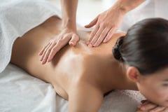 Sprawny beautician robi masażowi dla zrelaksowanej dziewczyny zdjęcie royalty free