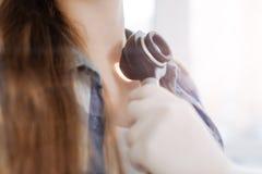 Sprawny dermatolog egzamininuje cierpliwą skórę w szpitalu Zdjęcie Stock