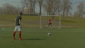 Sprawny piłka nożna bramkarz robi kary save zdjęcie wideo