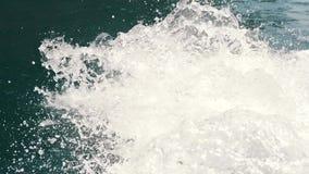 Spray auf dem Wasser vom Boot stock footage