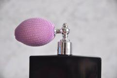 Spray auf Duftstoffflasche Stockfotografie