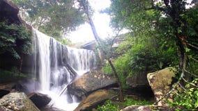 Spray des Wasserfalls in Phukradung, Thailand stock video footage