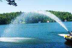 Spray des Wassers vom Feuer-Boot Stockbild