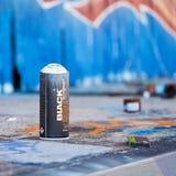Spray-Dose auf einem verlassenen Firmengelände Lizenzfreie Stockfotos