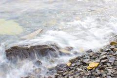 Spray durchgebrannt von den Wellen Stockbilder