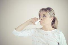 spray nosowa Zbliżenie Piękna młodej kobiety ` s twarz Z Nosowymi kroplami Obrazy Stock