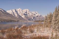 Spray See und Rocky Mountains im Winter stockfotos