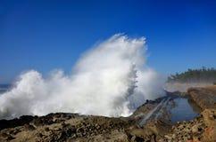 Spray von den enormen Wellen am Ufer-Morgen-Nationalpark, Oregon Stockbild