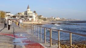 Spray von den Wellen, die auf der Promenade führt zu Tamariz-Strand im atlantischen beliebten Erholungsort von Estoril nahe Lissa stock video footage