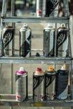 Spraydosen auf der Pflasterung bei Overline stauen Hip-Hop-Ereignis Stockbild