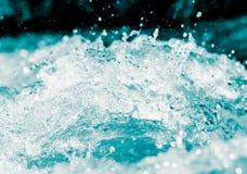 Spraywasser auf einem schwarzen Hintergrund Lizenzfreie Stockbilder