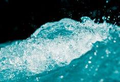 Spraywasser auf einem schwarzen Hintergrund Stockfoto