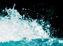 Spraywasser auf einem schwarzen Hintergrund Lizenzfreie Stockfotografie