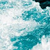 Spraywasser auf einem schwarzen Hintergrund Lizenzfreie Stockfotos