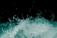 Spraywasser auf einem schwarzen Hintergrund Stockbilder