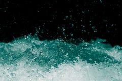 Spraywasser auf einem schwarzen Hintergrund Lizenzfreies Stockbild