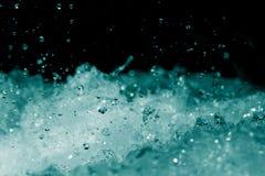 Spraywasser auf einem schwarzen Hintergrund Lizenzfreies Stockfoto