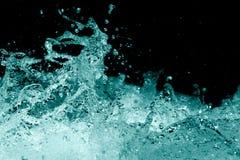 Spraywasser auf einem schwarzen Hintergrund Stockfotografie
