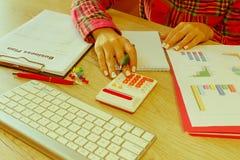 Spreadsheet z piórem i kalkulatorem widok księgowa lub pieniężne inspektorskie ręki robi raportowi lub sprawdza bala, cyrklowanie Obraz Royalty Free