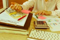 Spreadsheet z piórem i kalkulatorem widok księgowa lub pieniężne inspektorskie ręki robi raportowi lub sprawdza bala, cyrklowanie Zdjęcia Royalty Free