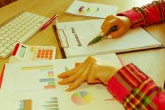 Spreadsheet z piórem i kalkulatorem widok księgowa lub pieniężne inspektorskie ręki robi raportowi lub sprawdza bala, cyrklowanie Obrazy Royalty Free