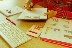 Spreadsheet z piórem i kalkulatorem widok księgowa lub pieniężne inspektorskie ręki robi raportowi lub sprawdza bala, cyrklowanie Fotografia Royalty Free