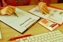 Spreadsheet z piórem i kalkulatorem widok księgowa lub pieniężne inspektorskie ręki robi raportowi lub sprawdza bala, cyrklowanie Zdjęcie Royalty Free
