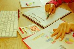 Spreadsheet z piórem i kalkulatorem widok księgowa lub pieniężne inspektorskie ręki robi raportowi lub sprawdza bala, cyrklowanie Obraz Stock