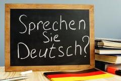 Sprechen西埃在黑板写的德意志 学会德语 库存照片