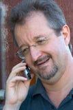 Sprechen am Telefon Stockbild