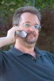 Sprechen am Telefon lizenzfreie stockbilder
