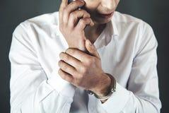 Sprechende Telefonhandschellen des Mannes stockbild