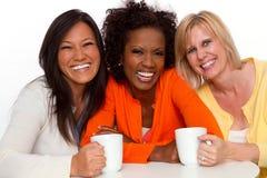 Sprechende und lachende Freunde Lizenzfreies Stockbild