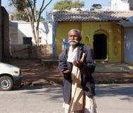Sprechender älterer Mann auf der Straße Stockbilder
