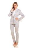 sprechenHandy der Geschäftsfrau lizenzfreie stockfotos