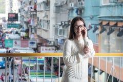 SprechenHandy der jungen attraktiven Frau stockfotografie