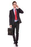 Sprechenund gehender Geschäftsmann Stockbilder