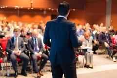 Sprecher bei der Geschäftskonferenz und der Darstellung Stockbilder