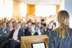 Sprecher bei der Geschäftskonferenz und der Darstellung Stockbild