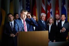 Sprecher, der Gläser am Gipfel justiert lizenzfreie stockfotos