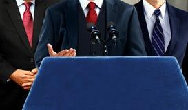 Sprecher, der an der Pressepressekonferenz spricht Lizenzfreie Stockfotos