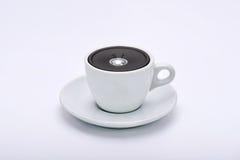 Sprecher in der Tasse Tee lizenzfreie stockbilder