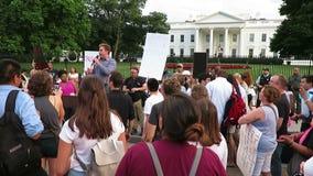 Sprecher am Protest am Weißen Haus im Juli stock footage