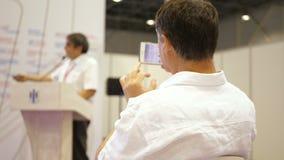 Sprecher sagt der Rede bei der Konferenz Geschäftsleute Seminar-Konferenz-Sitzungs-Büro-Trainings-Konzept- lektor stock video footage